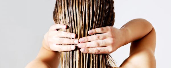 Quelles sont les causes des cheveux gras ?