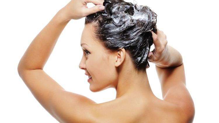 Les adultes utilisent les shampooings pour bébé