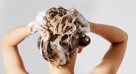 Massage des cheveux avec shampooing