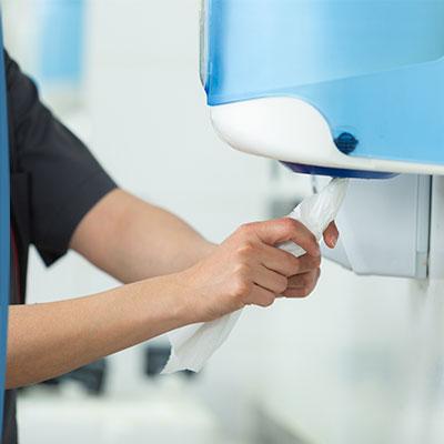 Séchage des mains : utilisez les essuie-mains à usage unique