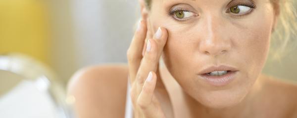 Pourquoi peut-on avoir de l'acné quand on est adulte ?