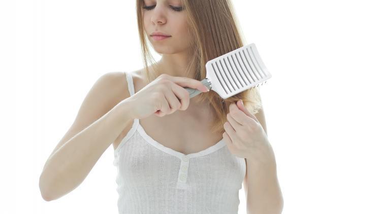 Spazzolare i capelli contribuisce ad aggravarne la caduta? | Ducray